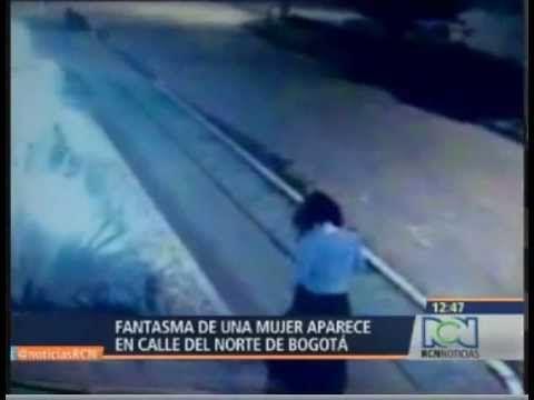 Las cámaras de seguridad de un barrio de Bogotá, Colombia, captaron imágenes de una extraña mujer que sin explicación aparente se esfuma al pasar ante un edificio, según ha relatado un testigo.