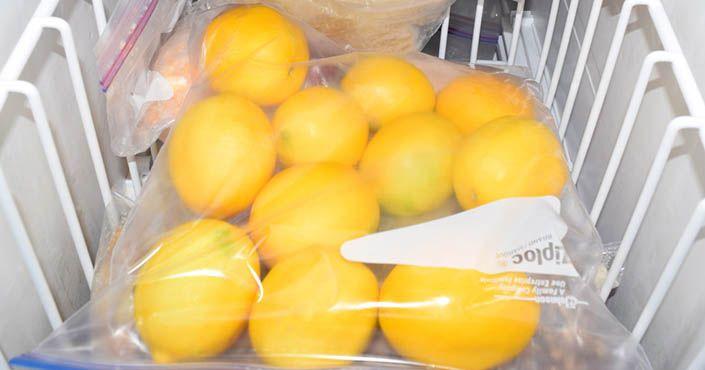 Prečo by ste mali dať citróny do mrazničky pred ich použitím? Čítajte... Mrazený citrón, účinky, zmrazené citróny, z mrazáku, rady a nápady, dužina a kôra