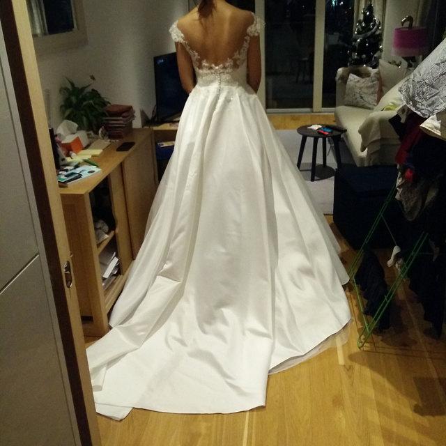 Exklusives Brautkleid aus Spitze mit Spitzenkorsett und Tüllrock mit Schleppe