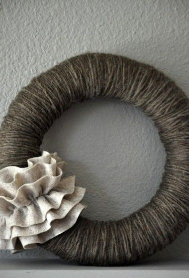 corona con estambre gris.wreath