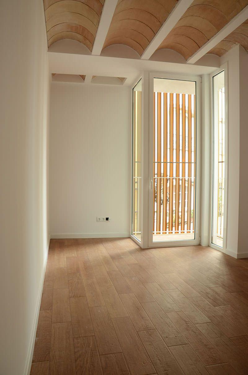 Este simpático sobrado com decoração moderna e minimalista foi construído sobre uma área de apenas 6,45m x 18,00m. As áreas privadas e sociais estão claram