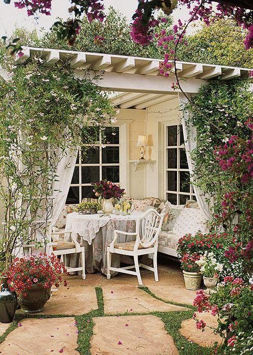 Garden Style Arredo Giardino.Rose E Ricami Per Un Porticato Romantico Outdoor Rooms Beautiful Gardens Outdoor Gardens