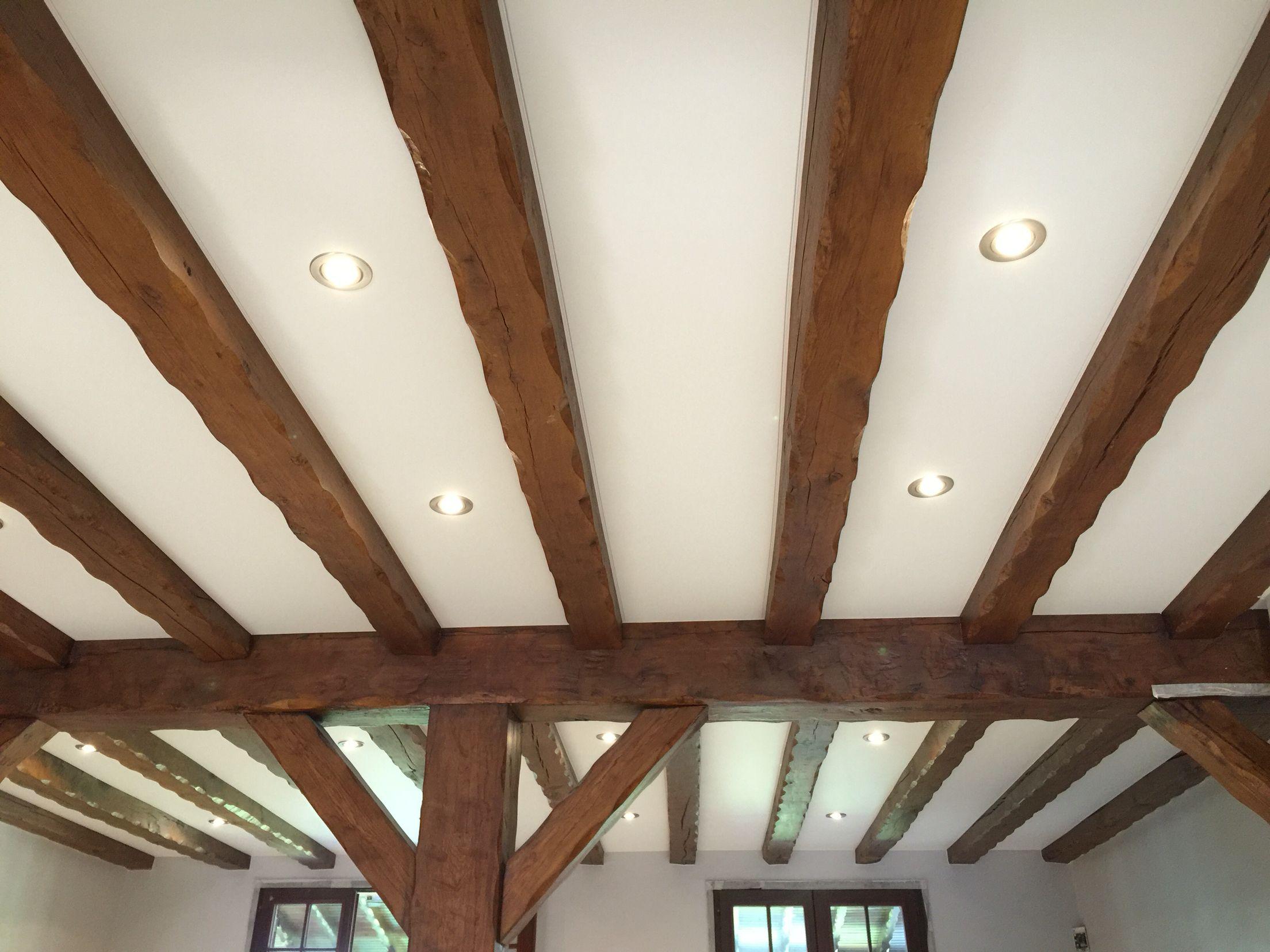 Plafond tendu entre poutre inove blanc satin et spots led - Plafond avec poutres apparentes ...