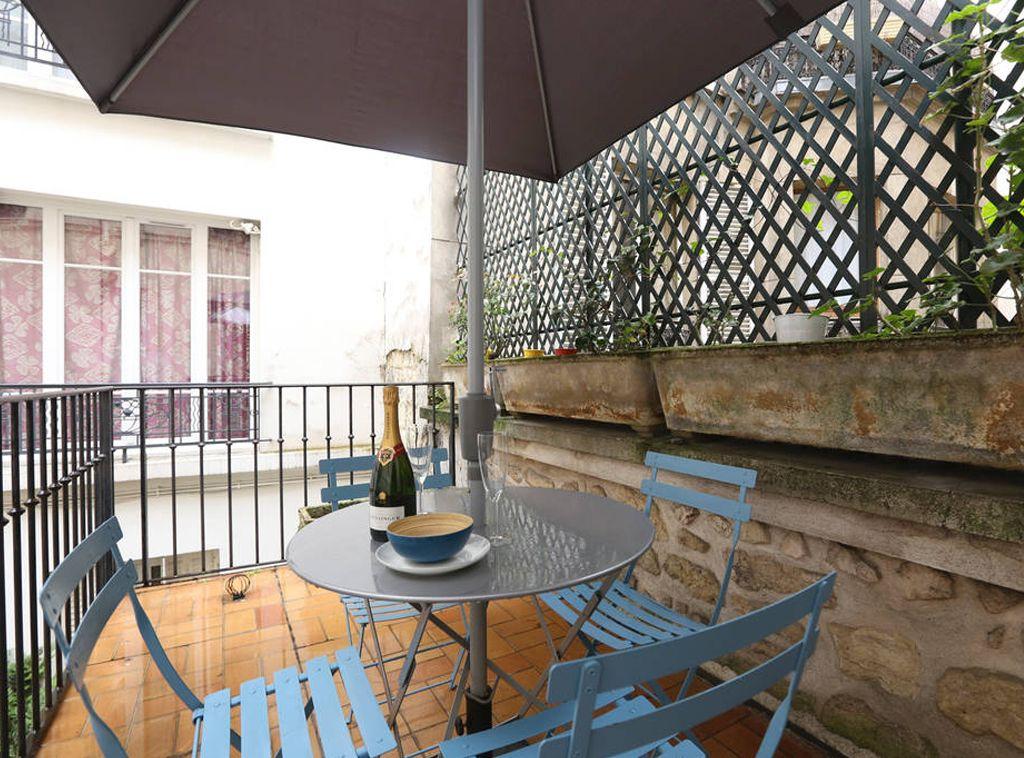 Décoration Du0027une Terrasse à Paris. Chaises De Bistro Bleu Ciel Fermob Et  Table De Bistrot Fermob Grise. Ju0027ai Ajouté Un Grand Parasol Anthracite.