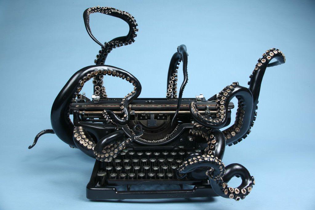 """[su_heading size=""""24"""" align=""""left"""" margin=""""0""""]Uma máquina de escrever com tentáculos diz muito. Conheça a escultura da artista Courtney Brown [/su_heading]        Gostaria muito que estivesse na estante da minha casa,..."""