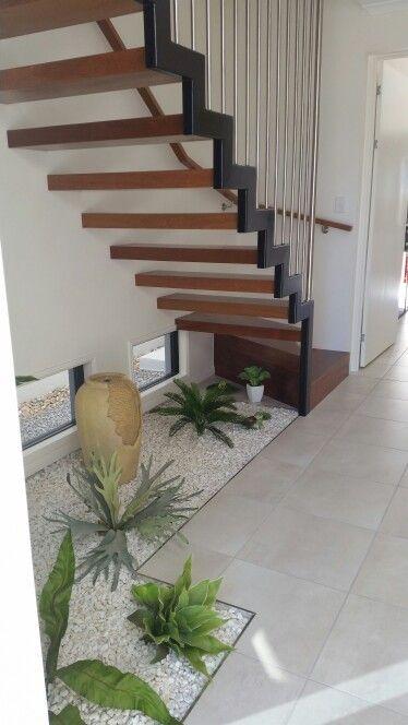 Zen style garden under stairs Pergolado e Vão de escada