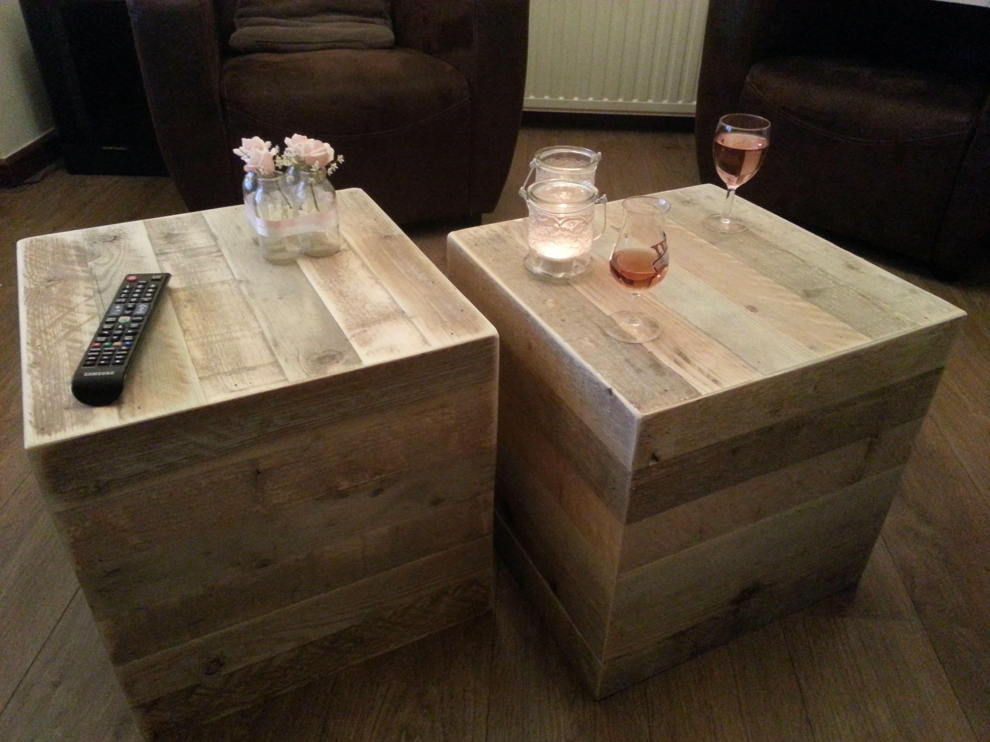 kubus van gelamineerd gebruikt steigerhout hier als salontafel