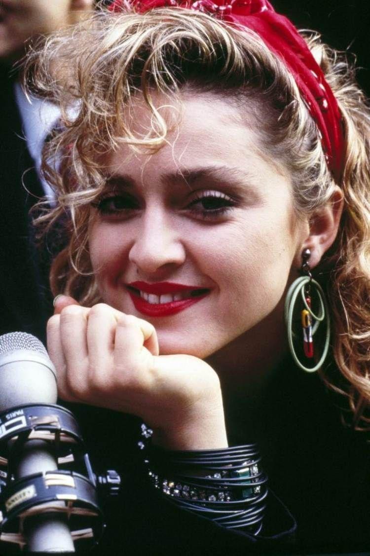 Madonna look , coiffure bouclées avec bandana rouge