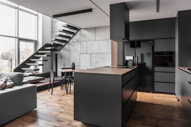 Holz, dunkle Farben und eine Fensterwand in der modernen Wohnung ...