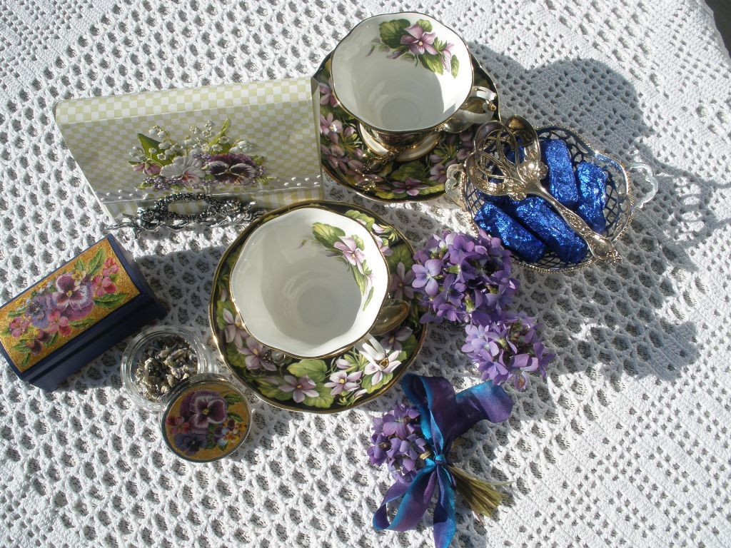 MARIETTE'S BACK TO BASICS: {Violets from our Garden and on French Country Style Wooden Tableau}