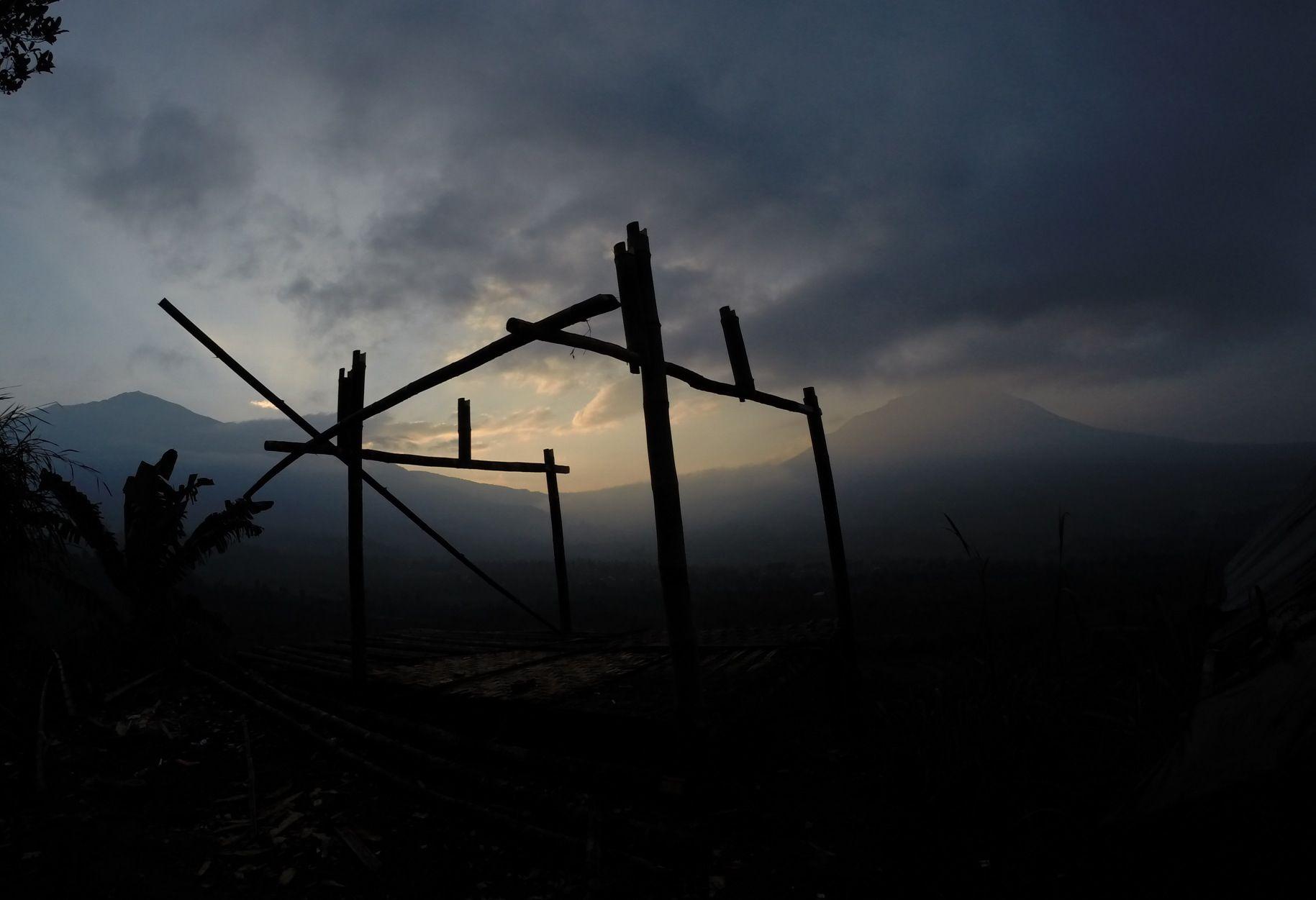 Menikmati pemandangan terbitnya matahari yg akan muncul dari belakang Gunung Merapi dan Gunung Merbabu dilihat dr Ketep Pass Magelang Pinterest