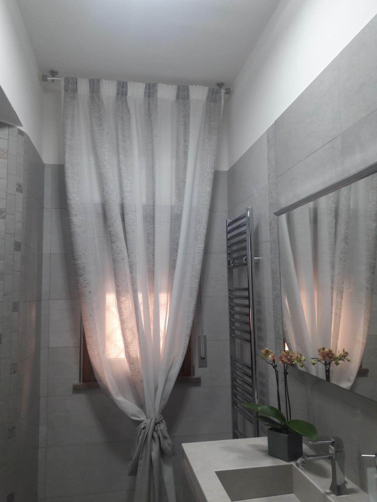 Tenda classica su bastone per finestra del bagno tende da interni serramenti ed avvolgibili for Tenda bagno finestra