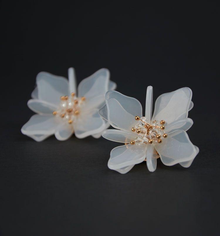 20ca26bfe227 Pendientes flor de cosmos de metacrilato blanco translúcido con cuentas de  cristal.Cierre de clip