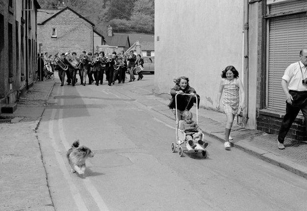 A banda de música local, levar o último desfile cívico que será realizada em Llanidloes. Da série ' Terra de Meu Pai '1973, David Hurn. Inglês, nascido em 1934.