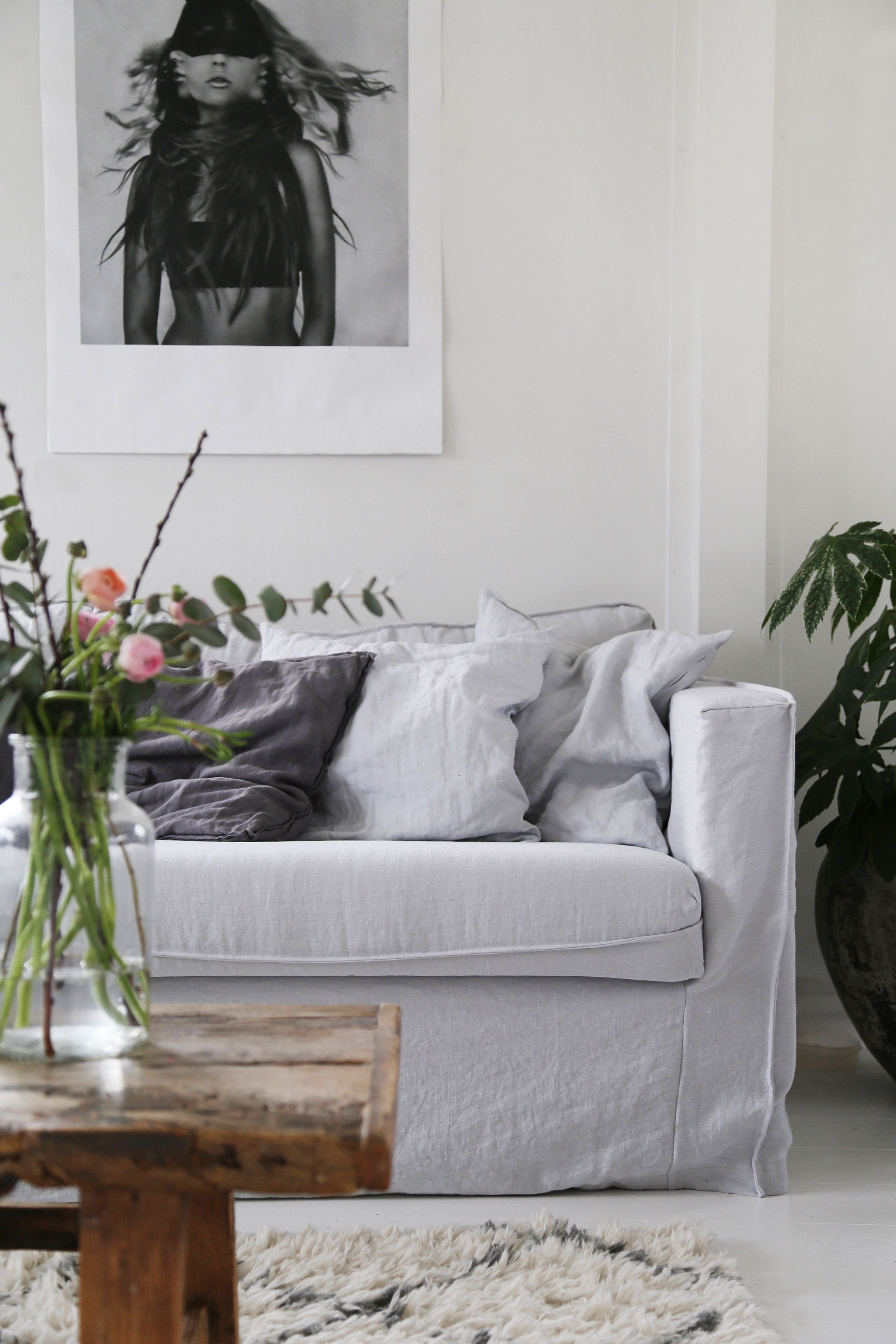 Boho Scandi Vibes Featuring Linen Sofa And Rustic Wooden Coffee Table Atelje18 S Artfully Layered Living Room Seen Here An Ik Soffoverdrag Vardagsrum Soffa