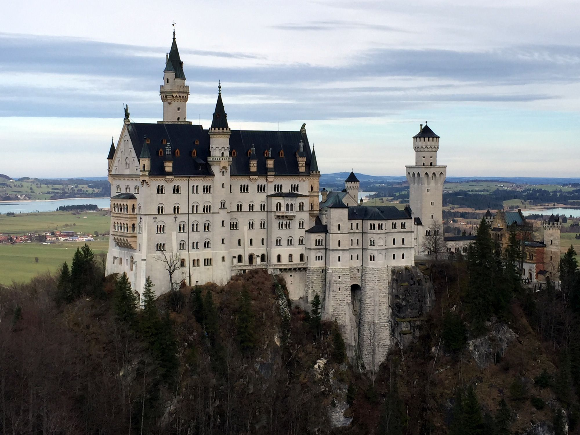 neuschwanstein castle is a must see sight when you are visiting munich heres all the details to easily and cheaply organise a trip there by yourself - Munchen Must See