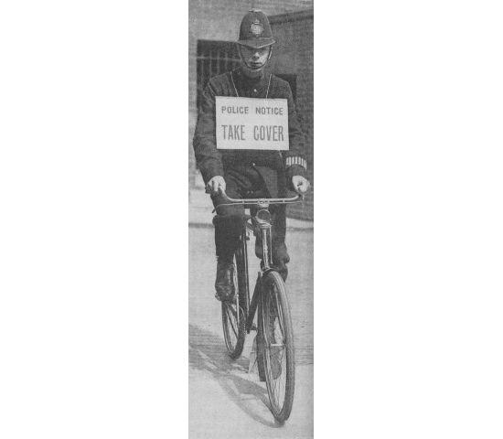 1917: poliziotto inglese con avviso allarme bombardamenti