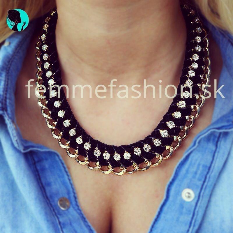 http://femmefashion.sk/nahrdelniky/1096-nahrdenik-ladymel.html Golierový náhrdelník v čiernej farbe v kombinácii so zlatou, zdobený štrasovými kamienkami