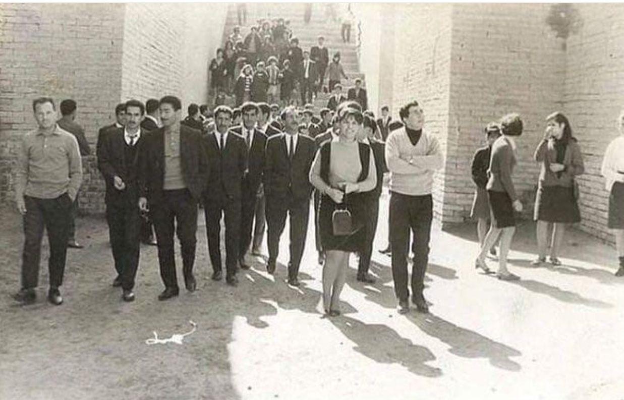 ac4cd6121012e طلاب جامعة بغداد في مدينة بابل الأثريه .. عام ١٩٧٥