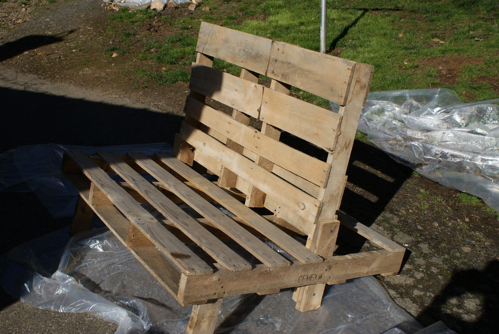 Pallet chair tutorial. Perfect for around the firepit ...