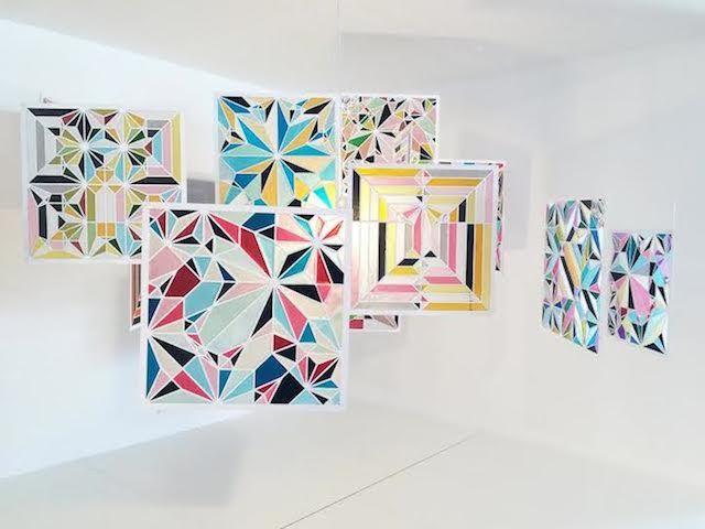 Après sonéléphant en papier, l'artisteSipho Mabonarevient avec ses vitraux colorés réalisés à l'aide de sucre et d'aquarelle.