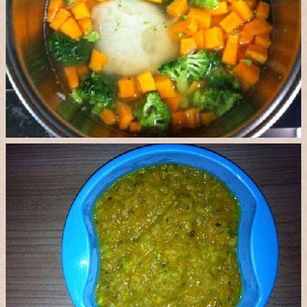 """Papinha """"salgada"""" (sem sal) : Refoguei cebola e o peito de Frango , e adicionei abóbora, brócolis e arroz integral pré cozido em água filtrada até o cozimento , depois amassei com garfo!"""