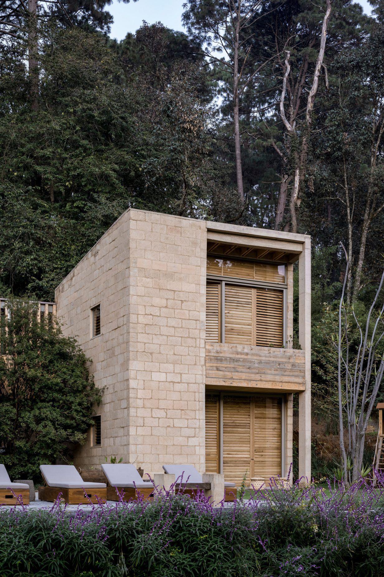 Mud Brick Walls Form House In Avandaro By Taller Hector Barroso V 2020 G S Izobrazheniyami Betonnye Doma Vneshnij Vid Doma Arhitektura Doma