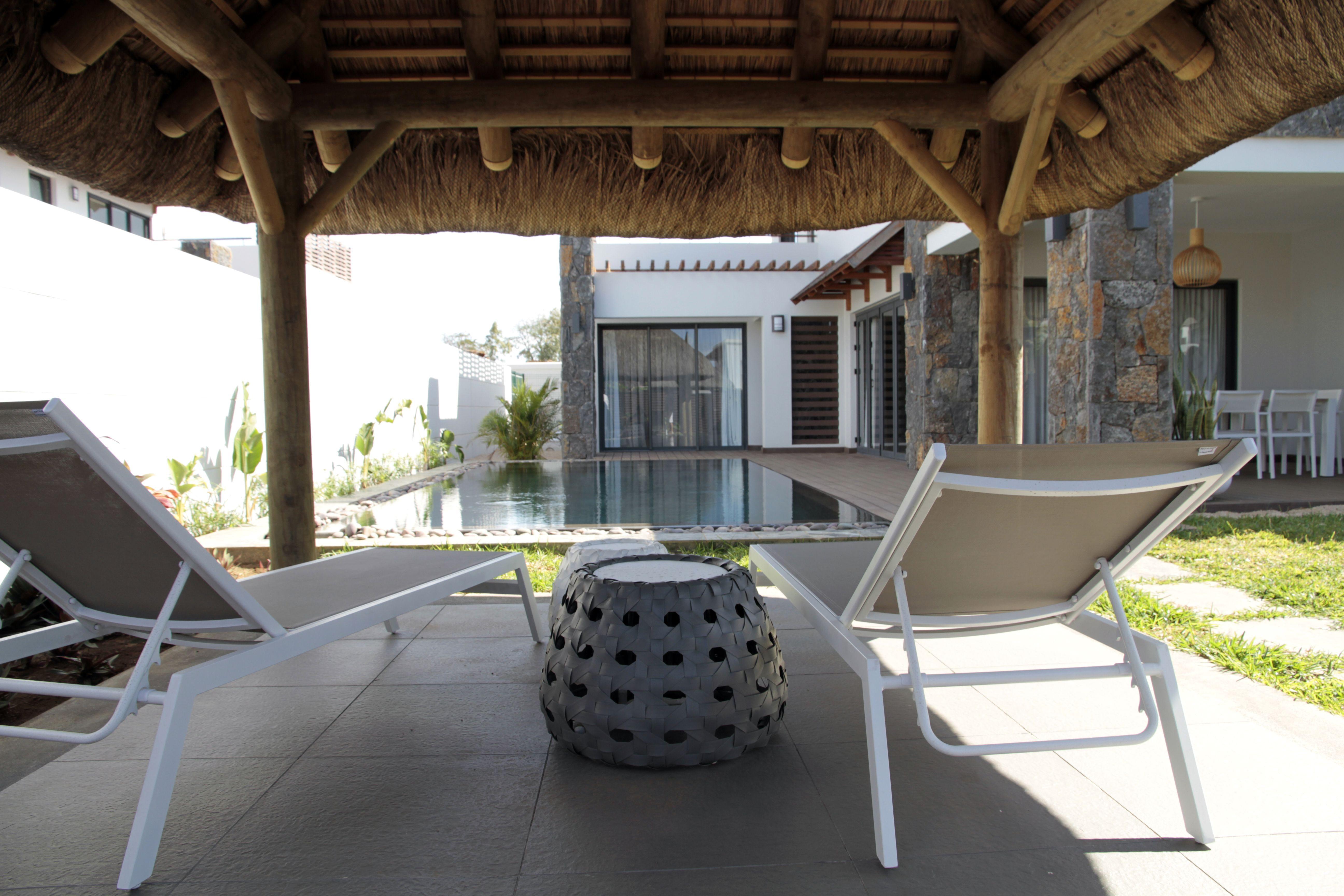 Une villa moderne aux lignes épurées et une structure murale en pierres apparentes très typique