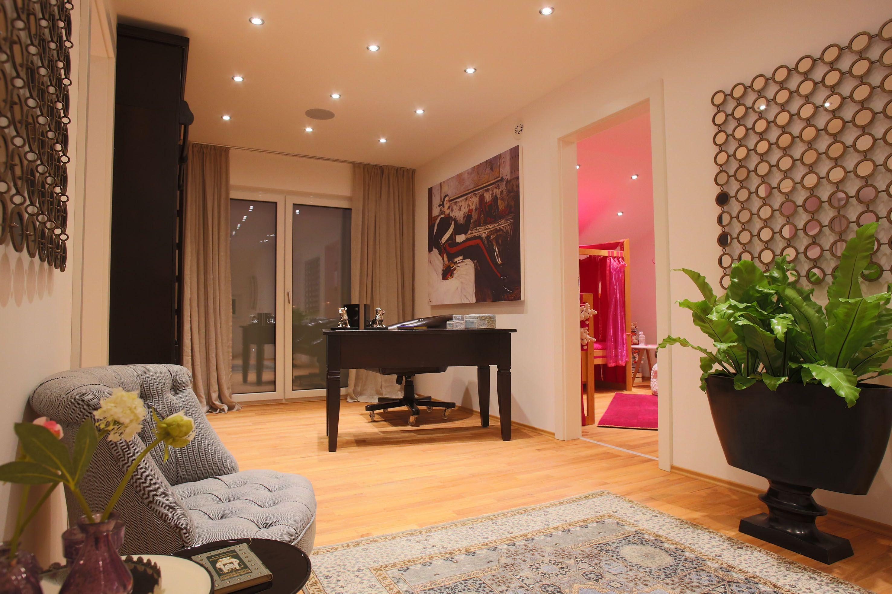 Durch einen großen, hellen Durchgang im neuen ELK-Haus kommt man in ...