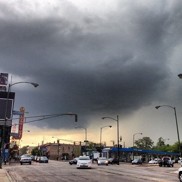 One heck of a storm coming in along Milwaukee Avenue. Great capture by @jennanohea