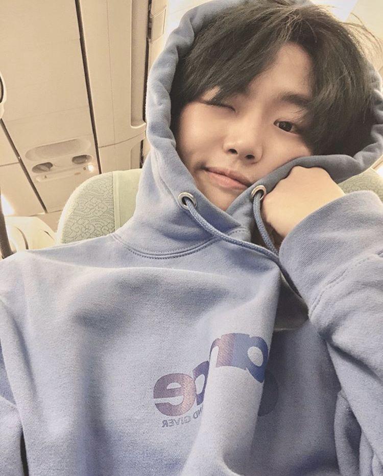 Pentagon Pentagonkpop Hongseok Yanghongseok Selfie Selca Hoodie Wink Smile Cute Soft Boyfriendmateri Pentagon Pentagon Hongseok Hottest Celebrities
