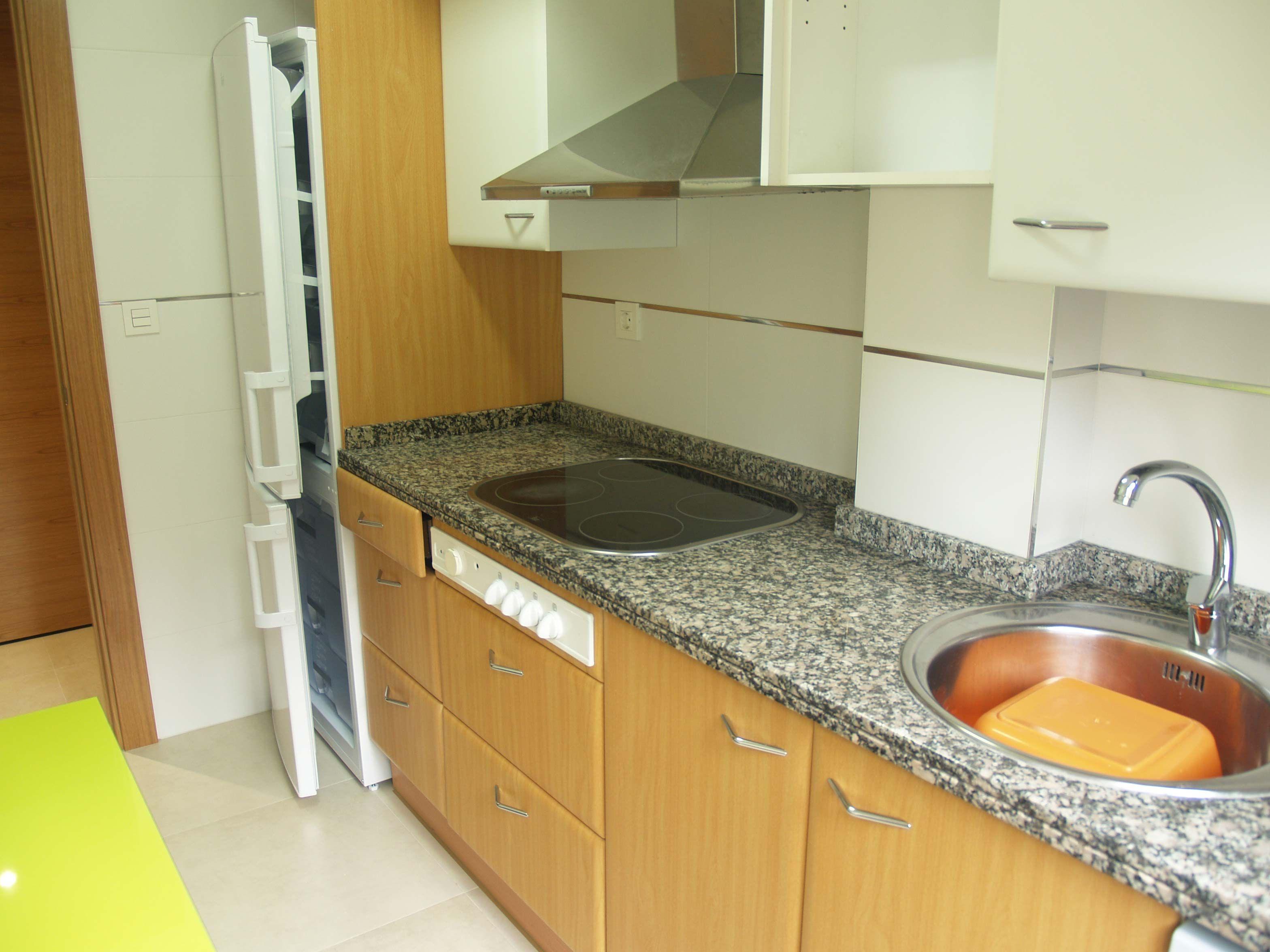 La cocina con encimera y frente de granito se encuentra - Lavavajillas de encimera ...