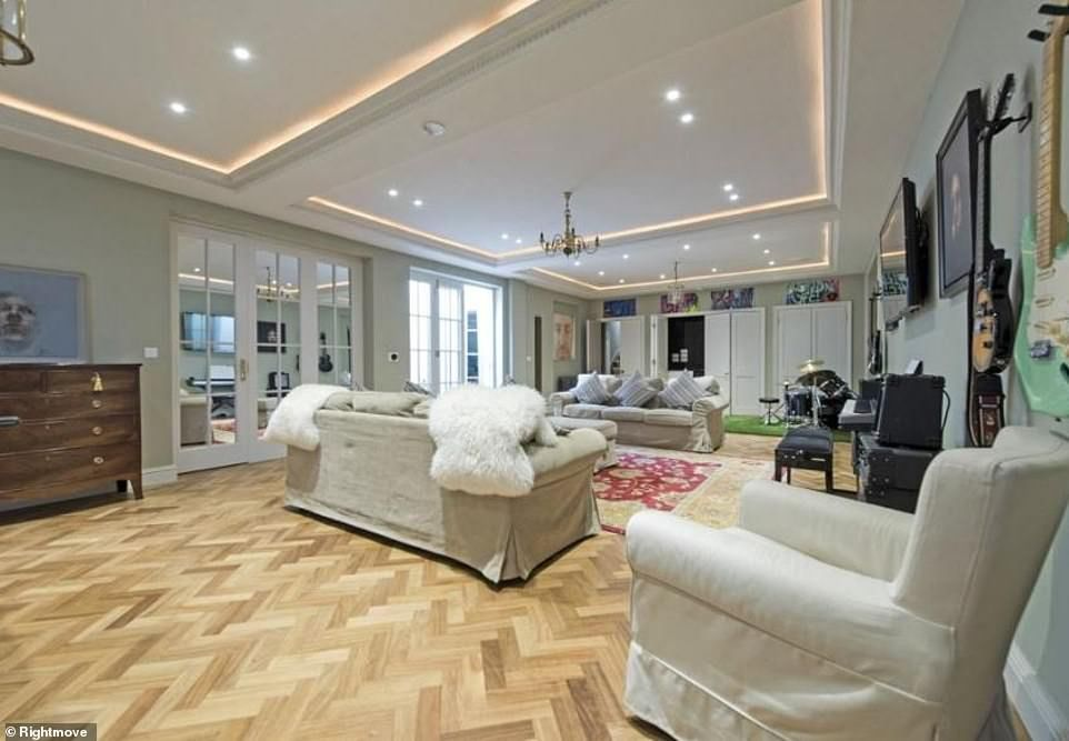 Sarah Beeny Lists London Mansion For Sale At 3 5 Million London Mansion Mansions For Sale Bright Family Room