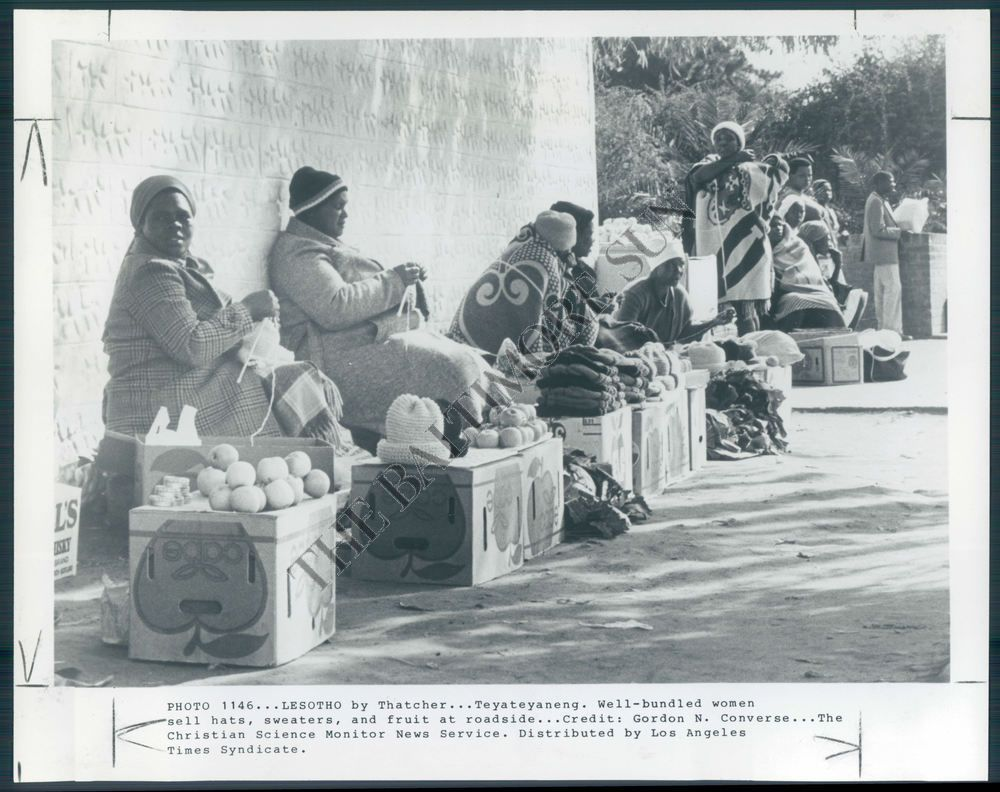 BS PHOTO bji-319 Lesotho South African Women Knitting Hats and Sweaters 1982
