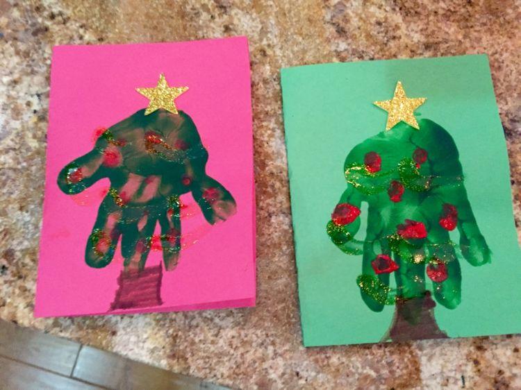 weihnachten basteln handabdruck malfarbe christbaum. Black Bedroom Furniture Sets. Home Design Ideas