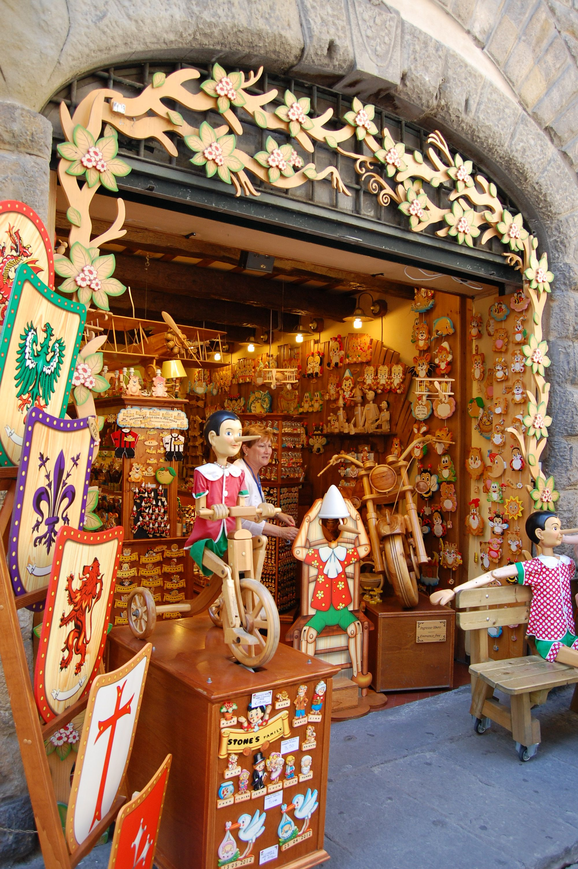 Florence italy wooden pinocchio toy store beautiful for Dream store firenze