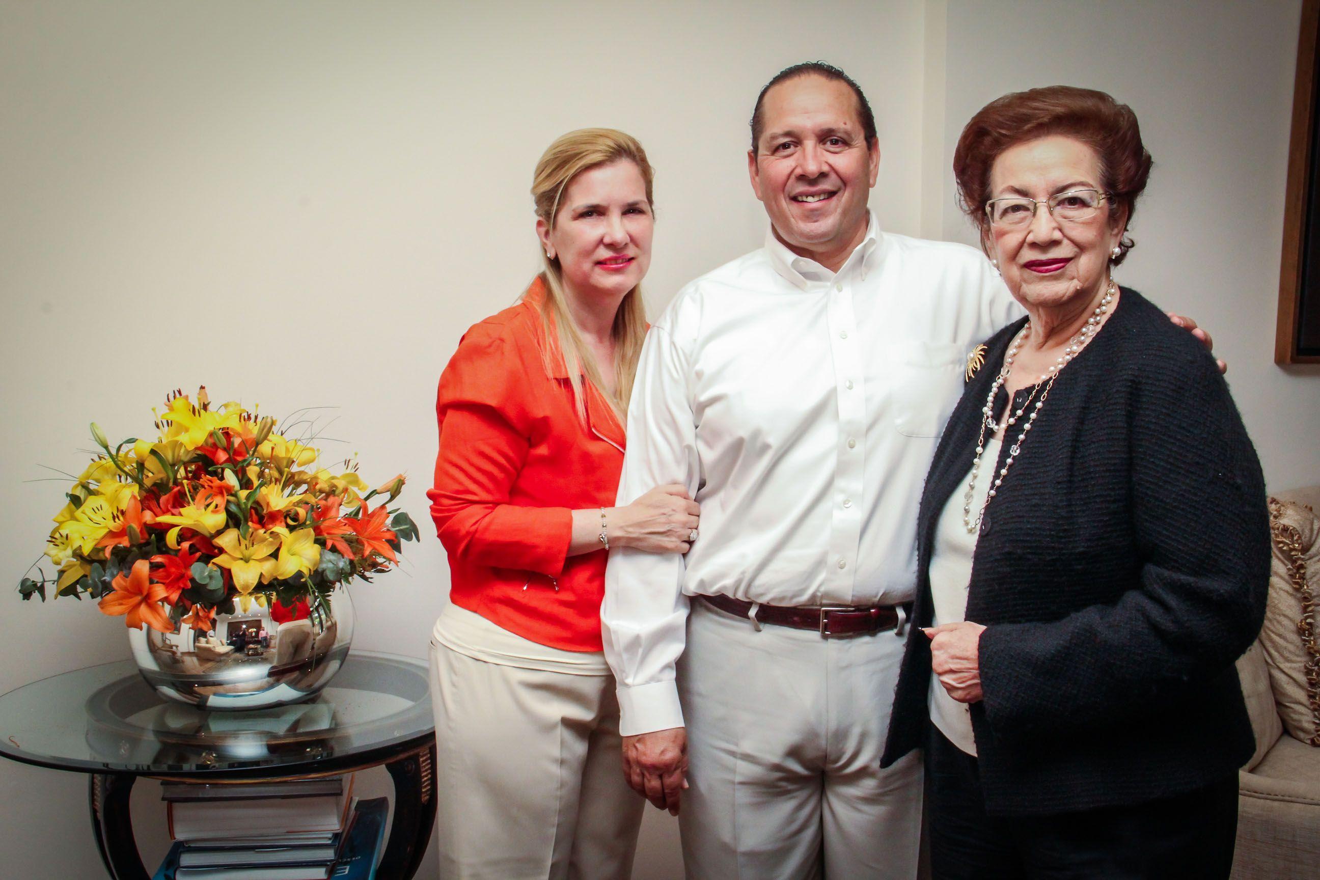 Agradezco a Dios por estas dos grandes mujeres que me llenan de felicidad a mí y a toda la familia, les mando un gran abrazo y que sigan disfrutando de la tarde, saludos!