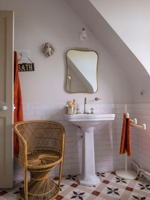 Petite salle de bain rétro, touches de orange Salles de bain