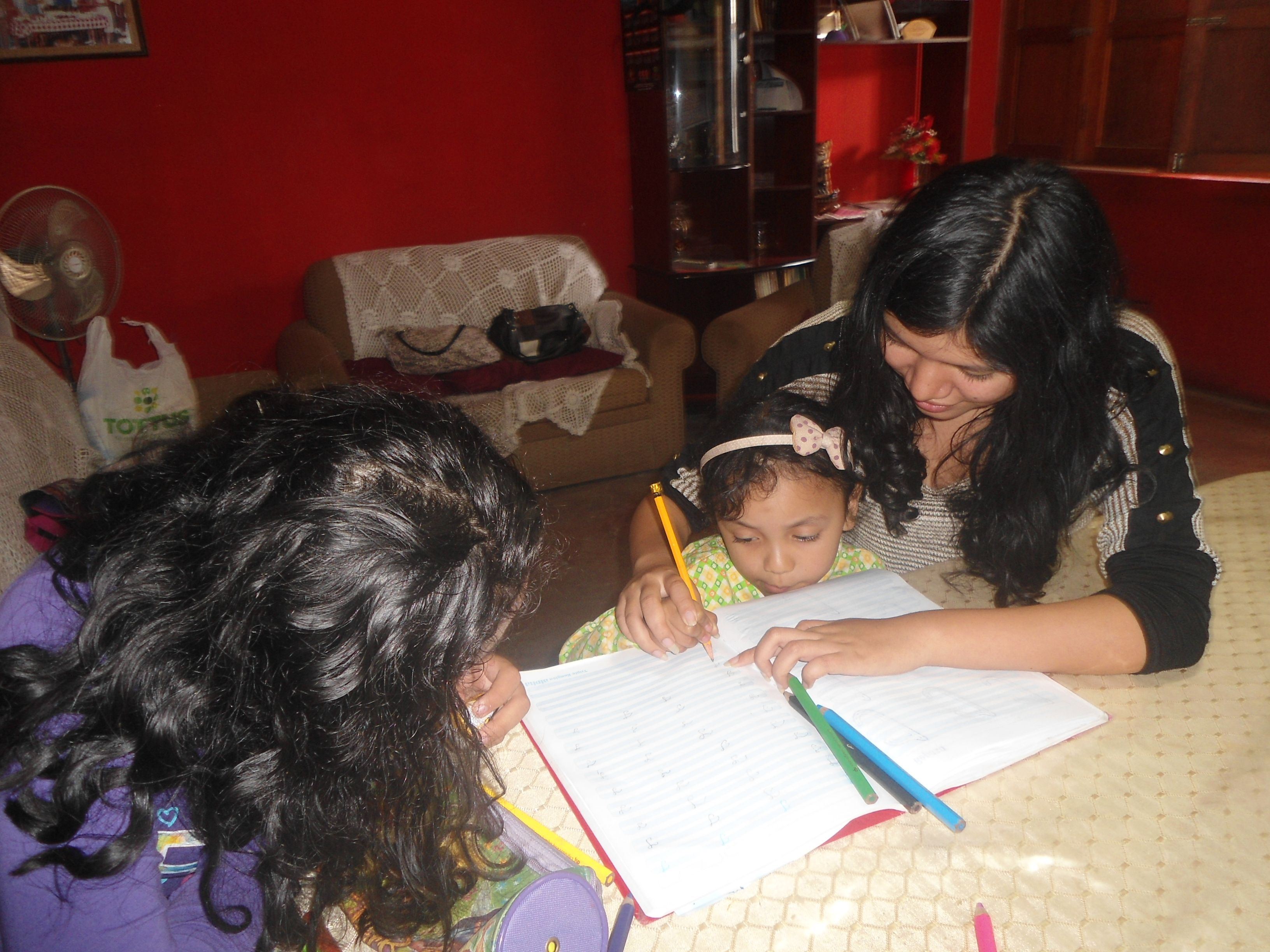Mary, Nataly y  Nicole tanbellas las tres como le enseñan a la Mary hacer su tarea que linda tarde fue ese día las vi ydisfruté su niñez recordando la mia Diosito me las cuide y proteja siempre¡¡¡¡¡¡¡