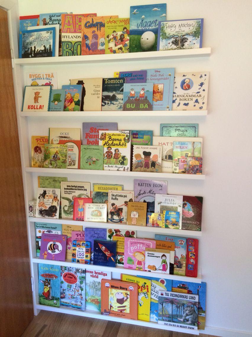 Bokhylla av Tavellister Lillans eget bibliotek utnyttjar perfekt utrymmet bakom dörren! Vårt