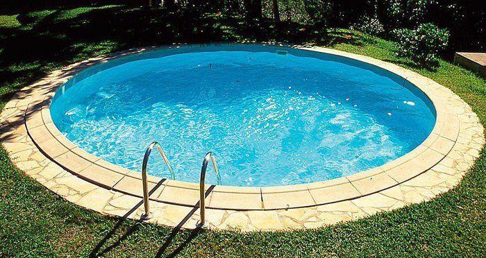 Een rond zwembad in de tuin in the garden swimming