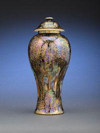 """Azules, violetas y esmeralda colores brillan en este magnífico tarro de jengibre en el patrón """"Jew árbol"""" con """"gato y el ratón y el cobre Trees"""" paneles"""