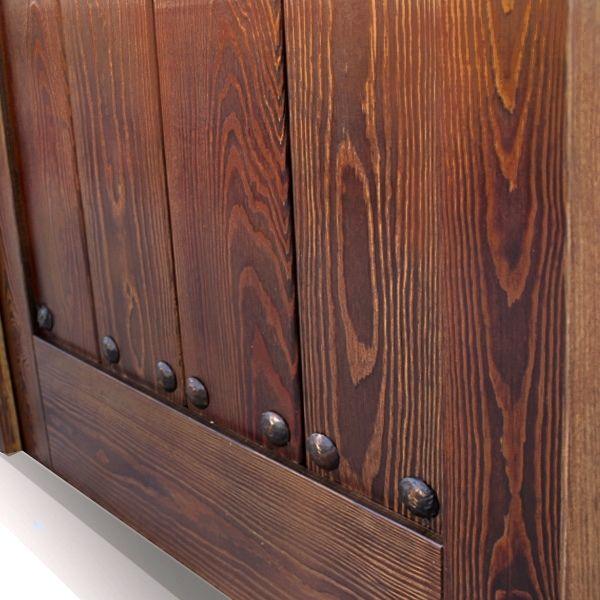 detalles puerta interior tarima en madera de pino color nogal trapeado para sobresaltar la veta de