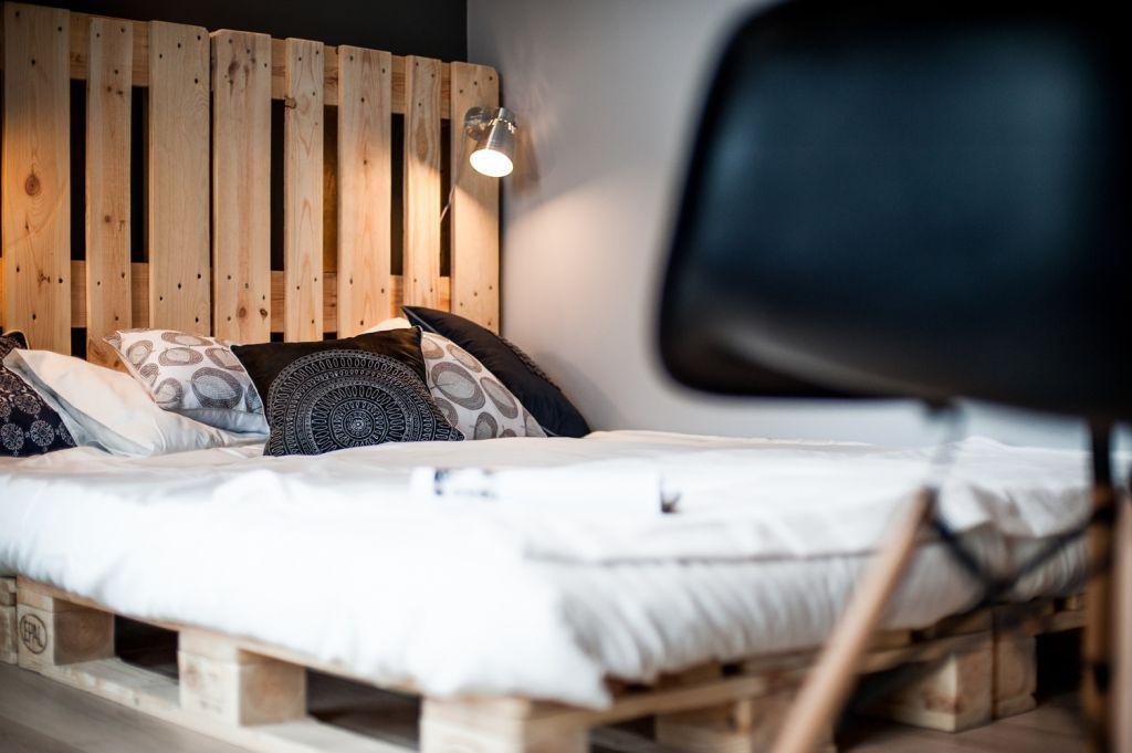 łóżko z palet w aranżacji sypialni