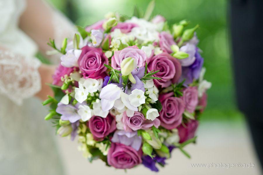 Brautstrauss In Altrosa Creme Grun Flieder Mit Verschiedenen Blumen Blumenstrauss Hochzeit Brautstrausse Hochzeitsblumen