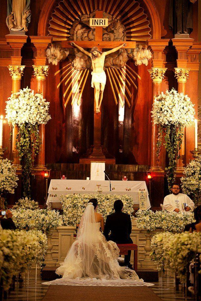 Decoraci n de iglesia con arreglos de flores church for Adornos para bodas con plantas