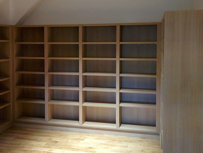 Bibliothèque sur 4 murs réalisée en panneaux Egger Eurodekor H1334 - Chêne de Ferrare clair