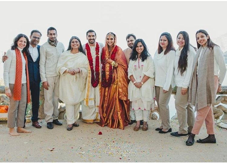 Deepika Padukone And Ranveer Singh Are All Smiles As They Strike A Pose With Their Wedding Planners Team Hungryboo Ranveer Singh Deepika Padukone Bridal Looks