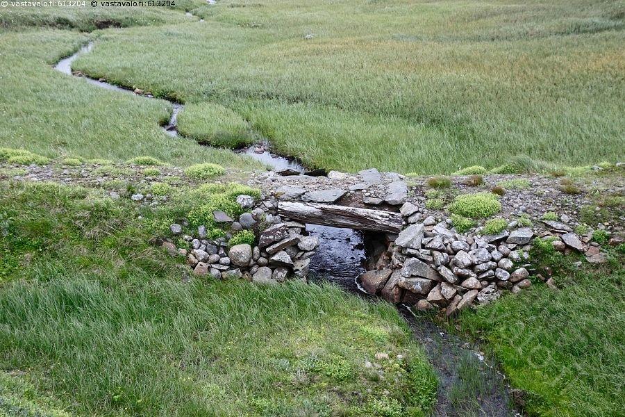 Puron ylittävä silta - silta kivinen kivet puro viehättävä vihreä vehreä vehmas…
