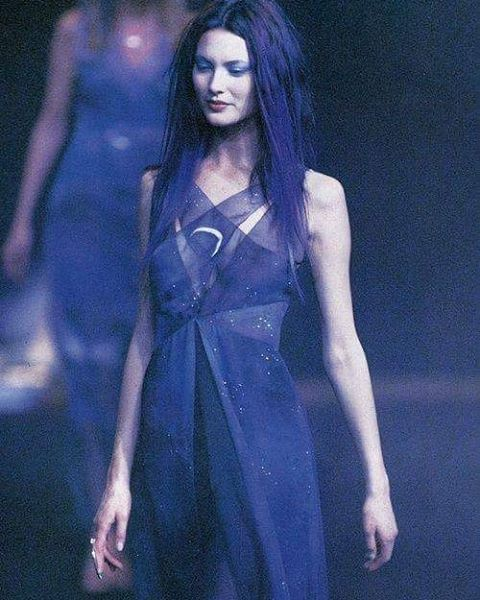 Shalom Harlow at Chloé fall 1997 #shalomharlow #chloe #runway #noiremagazine #noire